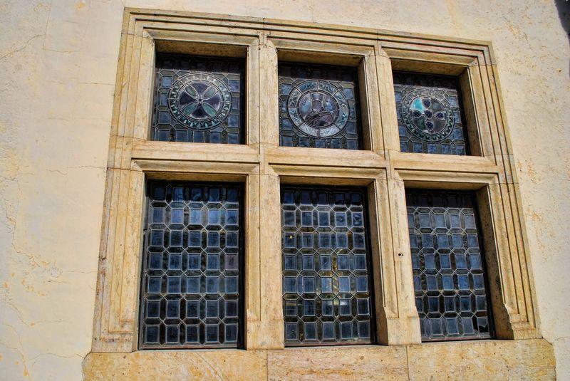Как облагородить окно и придать ему исторического шика?