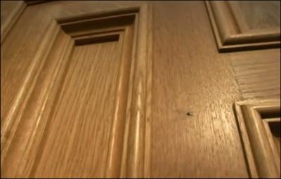 Существуют также двери, которые являются альтернативой настоящим деревянным – это шпонированные двери.